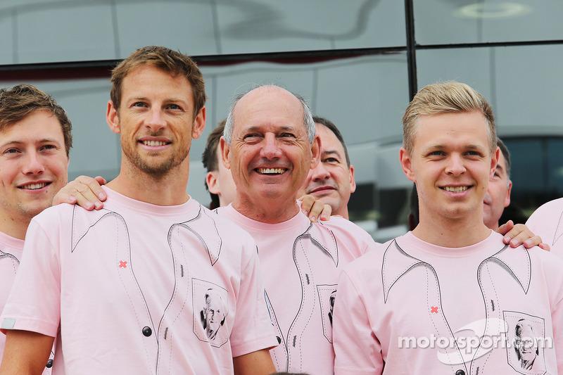Jenson Button, McLaren; Ron Dennis, la McLaren Presidente Esecutivo; Kevin Magnussen, McLaren; e il team McLaren vestono Pink for Papa, in omaggio al defunto John Button
