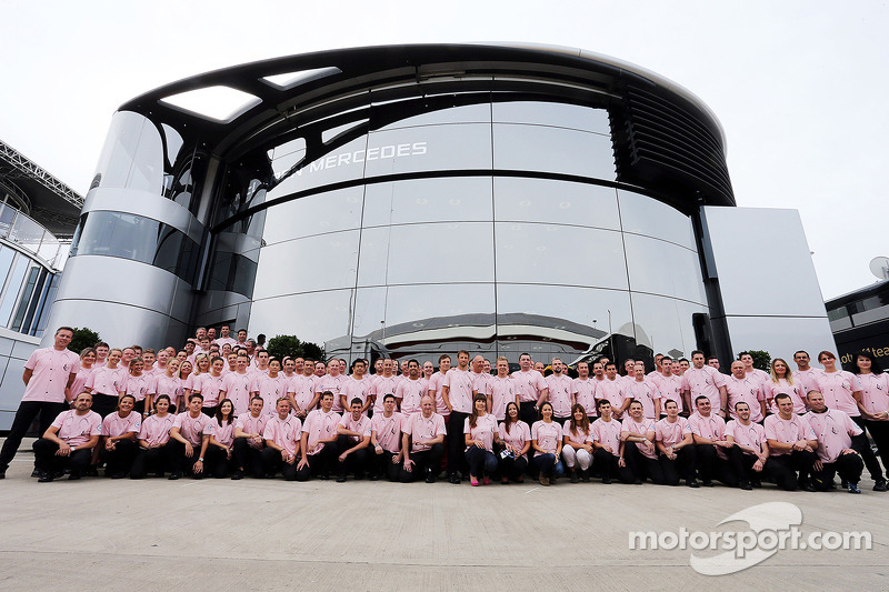 Il team McLaren e la famiglia Button indossano Pink for Papa, in omaggio a John Button