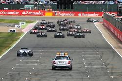 Nico Rosberg, Mercedes AMG F1 W05 conduce alla partenza della gara, mentre Felipe Massa, Williams FW36 fa una fuga lenta