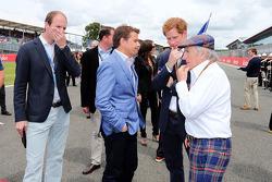 Startaufstellung: Mark Stewart; HRH Prinz Harry; Jackie Stewart