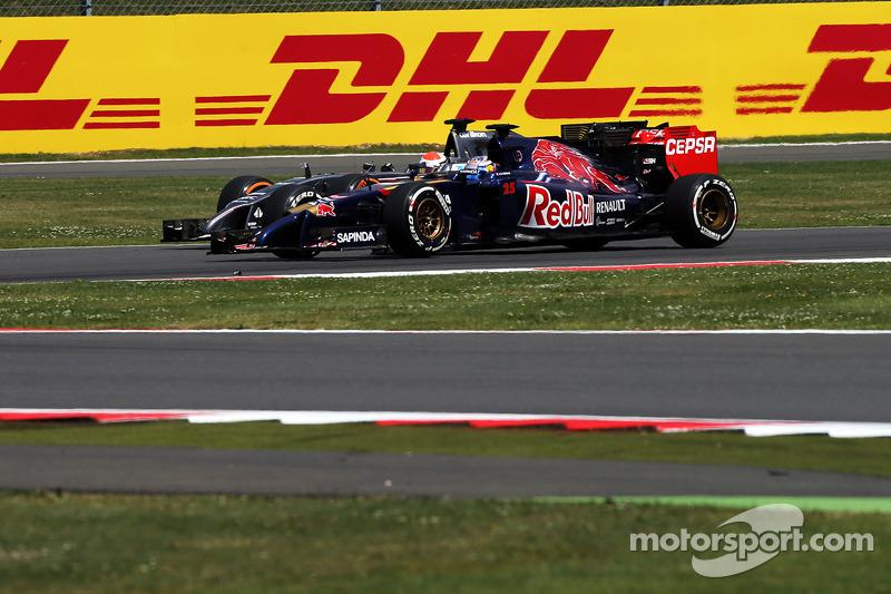 Jean-Eric Vergne, Scuderia Toro Rosso STR9 e Adrian Sutil, Sauber C33 lottano per la posizione