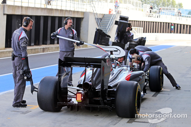 Adrian Sutil, Sauber C33 in the pits
