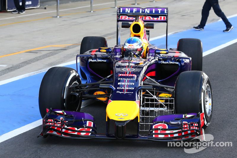 Sebastian Vettel, Red Bull Racing RB10 corriendo con el equipo de sensor