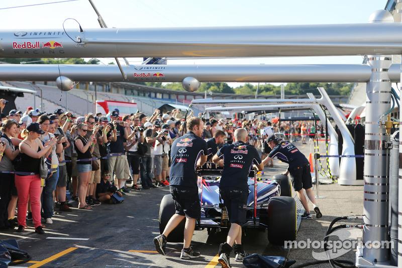 Red Bull Racing RB10 pit alanında itilirken taraftarlar pitte
