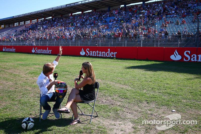 (L to R): Nico Rosberg, Mercedes AMG F1 with Nira Juanco, Antena 3 TV Presenter