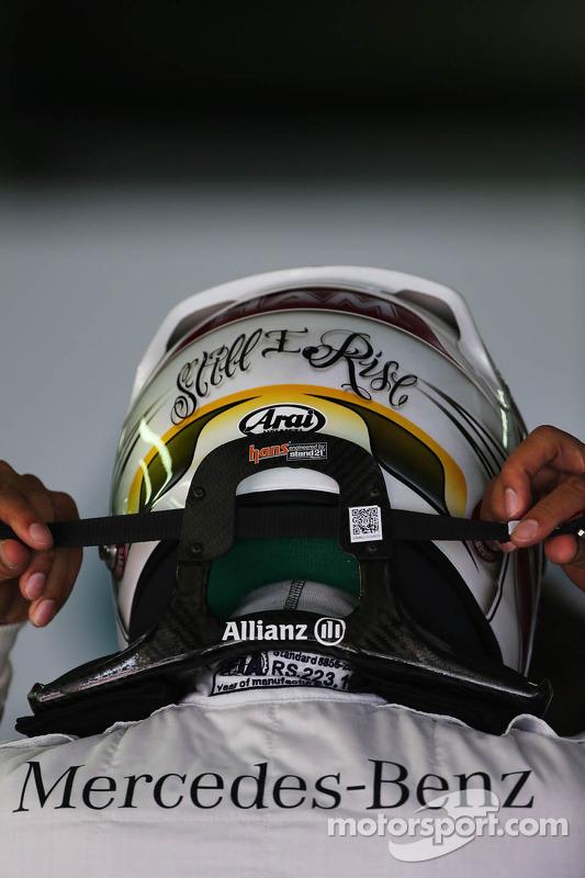 Lewis Hamilton, Mercedes AMG F1: Helm und HANS
