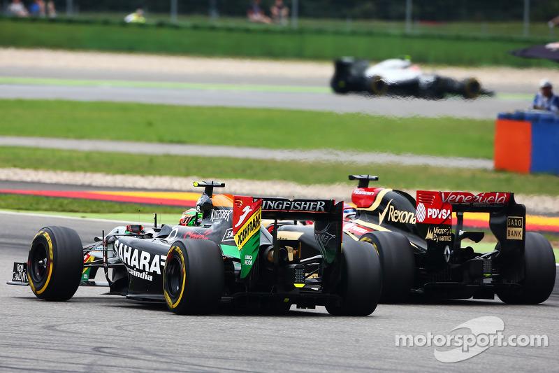 Sergio Perez, Sahara Force India F1 VJM07, e Romain Grosjean, Lotus F1 E22, in lotta