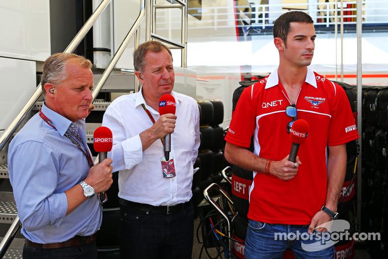 天空体育台F1解说员强尼·赫伯特和天空体育台解说员马丁·布伦德尔,和玛鲁西亚F1车队的亚历山大·罗西