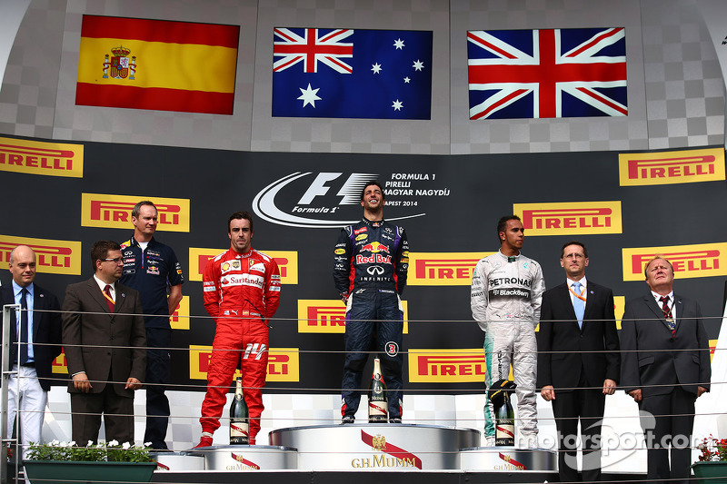 Daniel Ricciardo, Red Bull Racing RB10, Fernando Alonso, Ferrari and Lewis Hamilton, Mercedes AMG F1