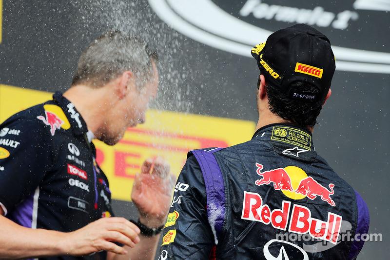 Daniel Ricciardo, Red Bull Racing şampanya ile kutlama yapıyor ve Paul Monaghan, Red Bull Racing Baş
