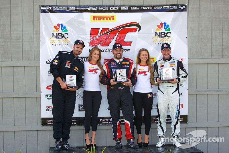 GT-A Sınıfı Kazanan Podyumu: Albert v T u Taxis (ikinci solda), Michael Mills (birinci ortada), Jim Taggart (üçüncü sağda)
