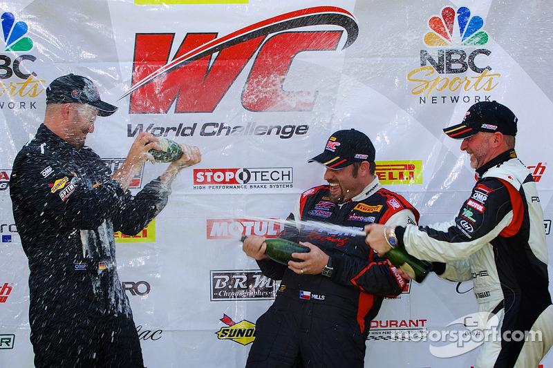 Classe GT-A vincitori champagne: Albert v T u Taxis (EFT), Michael Mills (centro), Jim Taggart (a de
