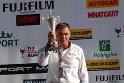 eBay Motors Chefe da equipe Dick Bennetts recebe prêmio para equipe
