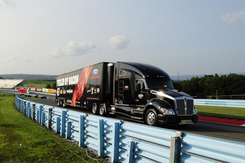 Hauler di Aric Almirola, Richard Petty Motorsports Ford