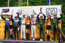 P Sınıfı podyumu: Kazananlar Joao Barbosa, Christian Fittipaldi, ikinci sıra John Pew, Oswaldo Negri, üçüncü sıra Scott Sharp, Ryan Dalziel