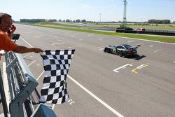 #19 PIXUM Team Schubert BMW Z4 GT3: Dominik Baumann, Claudia Hurtgen conquista a vitória