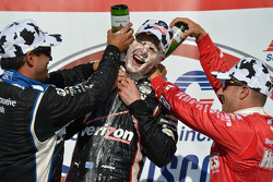 Vainqueur: Will Power a le visage plein de crème patissière et une douche au champagne par :2ème Juan Pablo Montoya et 3ème Tony Kanaan