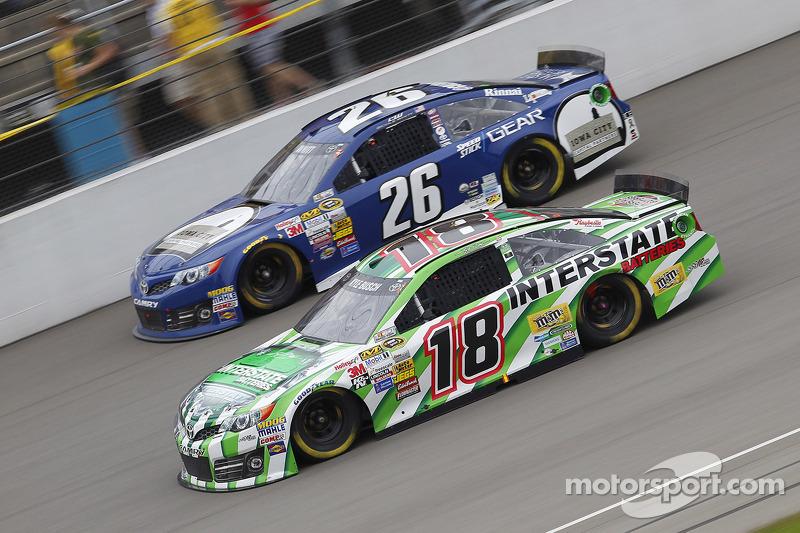 Cole Whitt, Swan Racing Toyota ve Kyle Busch, Joe Gibbs Racing Toyota