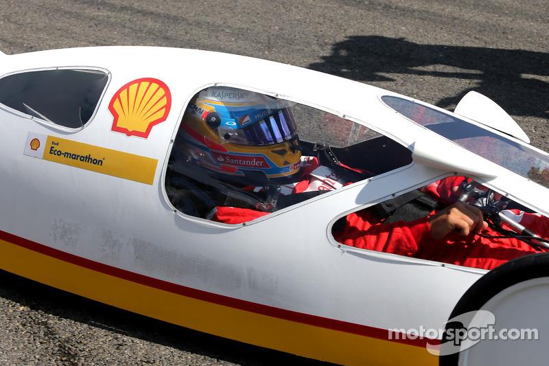 Fernando Alonso, Scuderia Ferrari Shell Eco Maratonu'nda araç sürüyor
