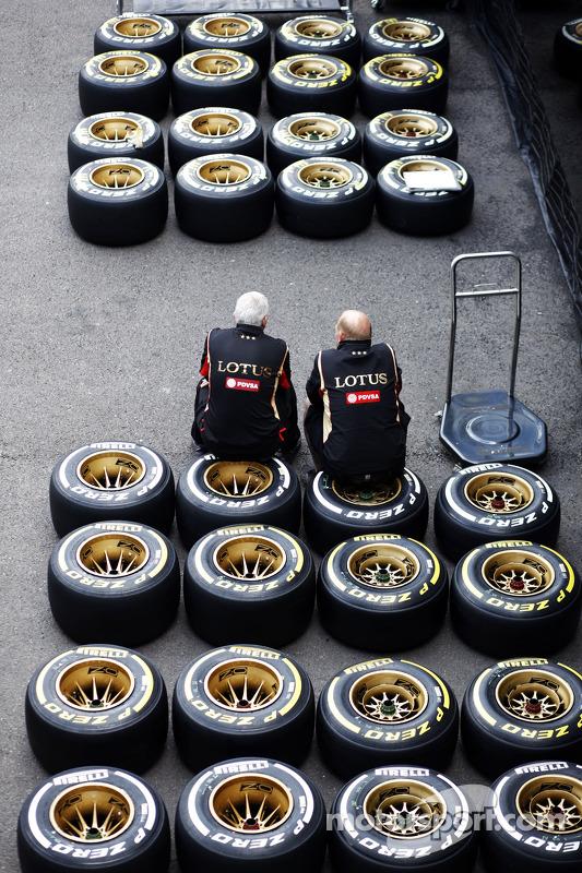 Lotus F1 Team; mecânico senta em pneus Pirelli