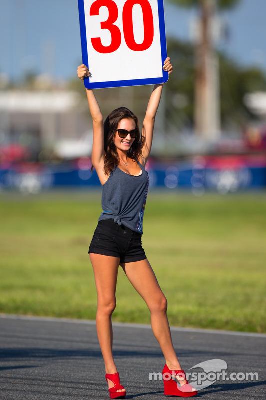 Affascinante ragazza con il cartello di partenza