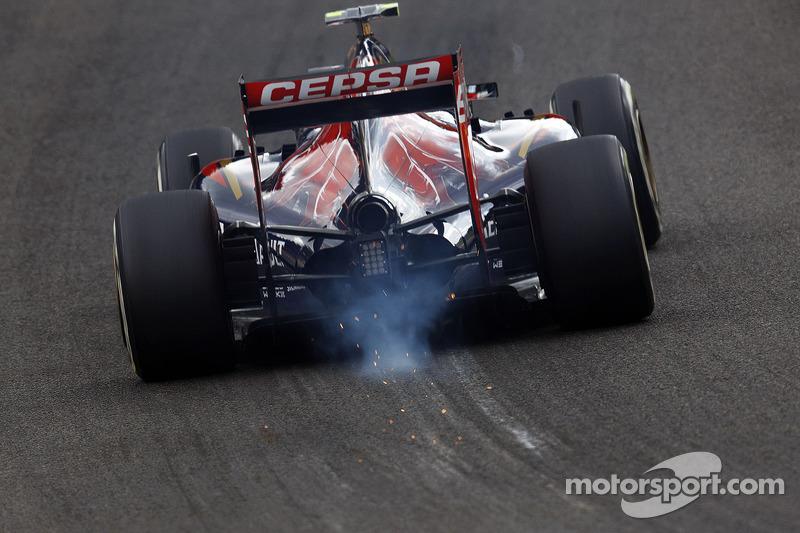 Daniil Kvyat, Scuderia Toro Rosso STR9 Eau Rouge boyunca kıvılcımlar