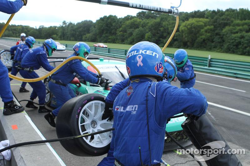 #17 Team Falken Tire, 保时捷 911 GT3 RSR: 沃尔夫·亨泽尔, 布莱恩·塞勒斯  在进站中