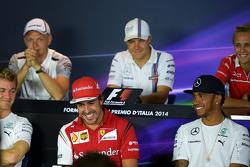 (从左至右): 费尔南多·阿隆索, 法拉利 和 刘易斯·汉密尔顿, 梅赛德斯 AMG F1车队 出席FIA新闻发布会