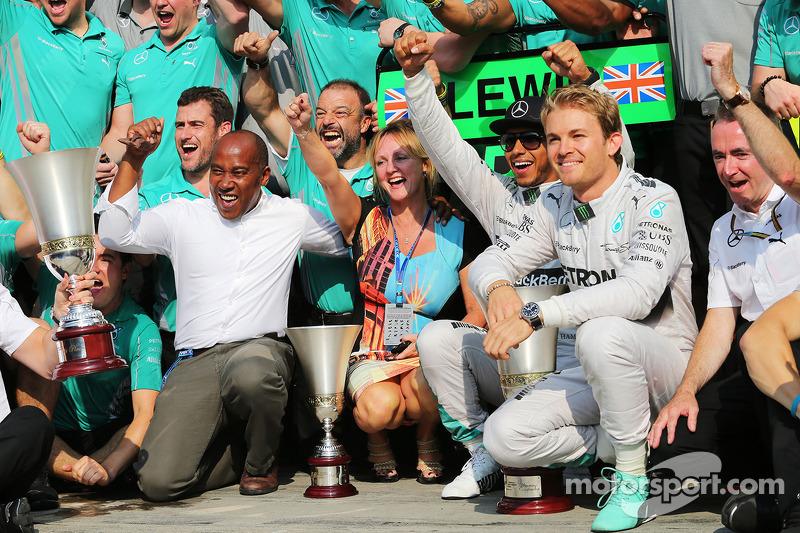 Ganador de la carrera Lewis Hamilton, compañero de equipo Nico Rosberg, de Mercedes AMG F1, y el equipo