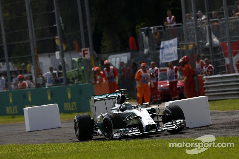 Nico Rosberg, de Mercedes AMG F1 W05 a través de la primera chicana