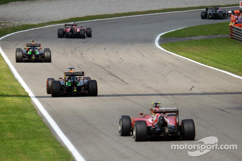 Sergio Perez, Sahara Force India F1 VJM07, davanti a Nico Hulkenberg, Sahara Force India F1 VJM07 e Kimi Raikkonen, Ferrari F14-T