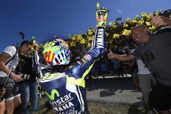 Racewinnaar Valentino Rossi viert feest met fans