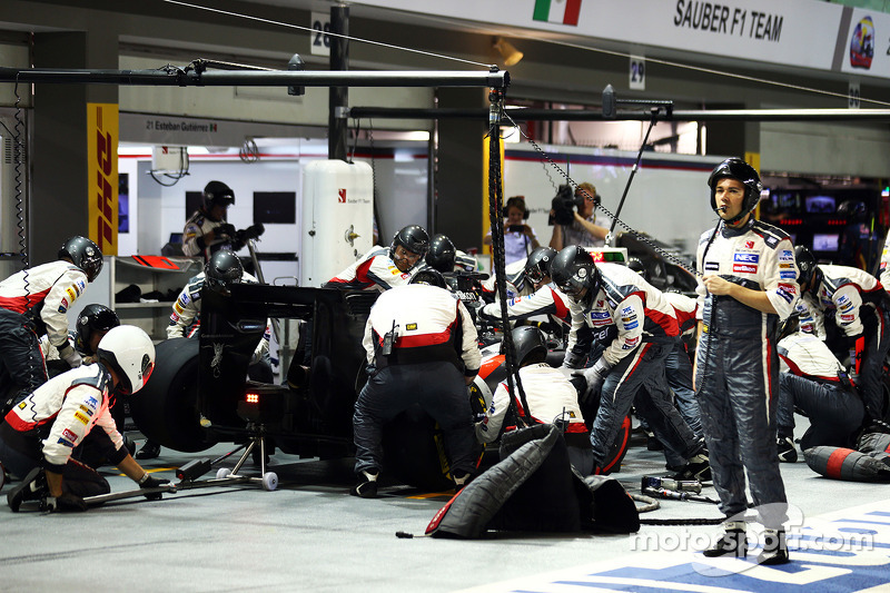 Adrian Sutil, Sauber C33 makes a pit stop