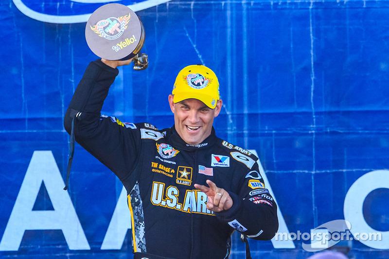 Tony Schumacher festeggia la vittoria a Dallas