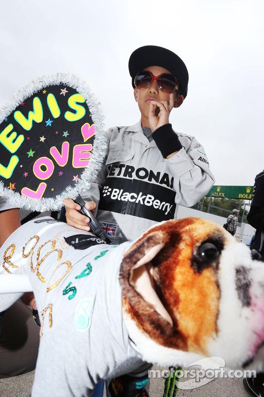 Um jovem fã de Lewis Hamilton, Mercedes AMG F1