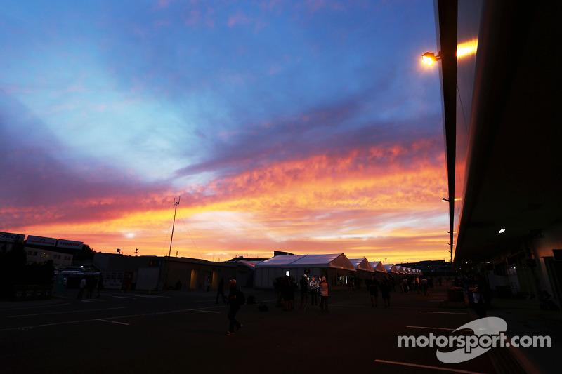Il sole tramonta sul circuito