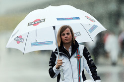 Susie Wolff, Williams piloto de desenvolvimento no paddock molhado e chuvoso