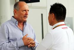 (Esquerda para direita): Ron Dennis, presidente executivo da McLaren, com Yasuhisa Arai, chefe de automobilismo da Honda