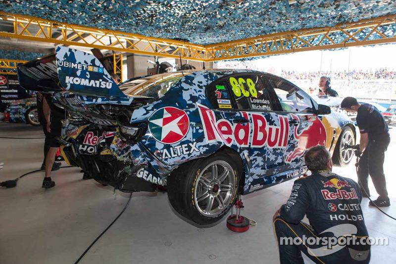 El auto dañado de Craig Lowndes y Steve Richards