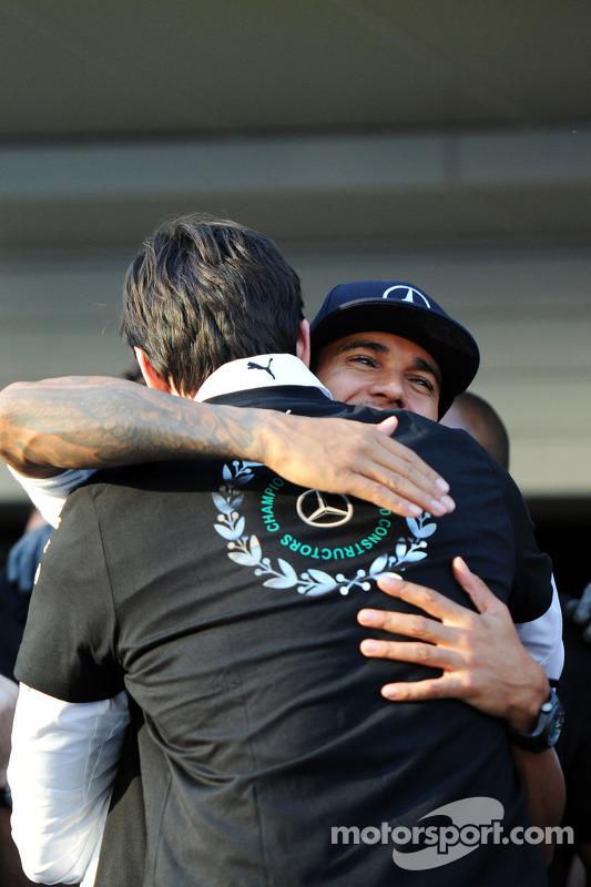 Lewis Hamilton fête le titre de Champion du Monde 2014 des Constructeurs de Mercedes avec Toto Wolff