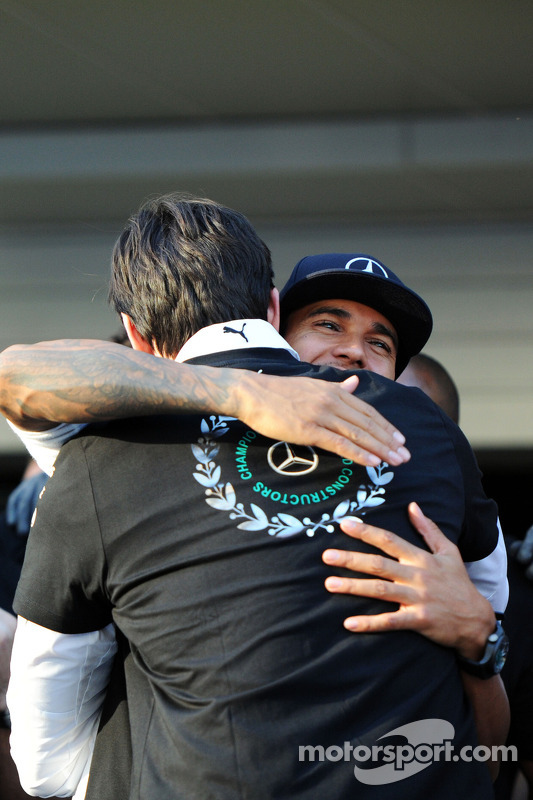 Lewis Hamilton, Mercedes AMG F1, celebra o Campeonato de Construtores de 2014 com Toto Wolff, acioni
