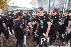 Lewis Hamilton applaudit le personnel de l'usine Mercedes