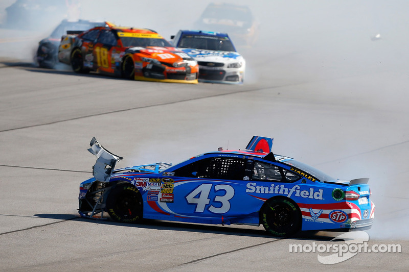 Aric Almirola, Richard Petty Motorsports Ford y Kyle Busch, Joe Gibbs Racing Toyota chocan