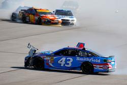 Aric Almirola, Richard Petty Motorsports Ford e Kyle Busch, Joe Gibbs Racing Toyota incidente
