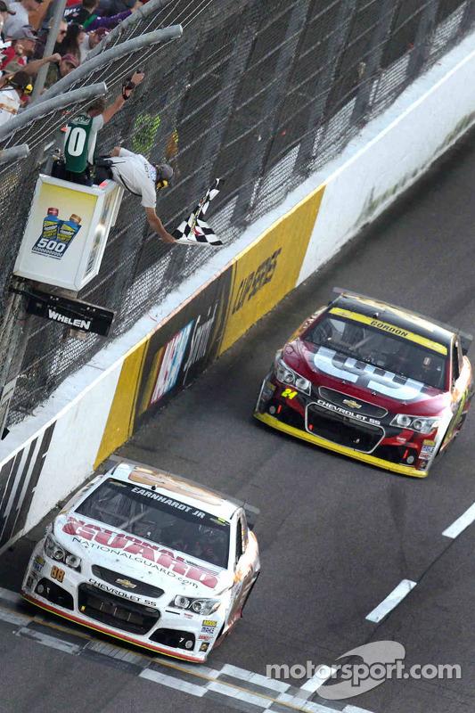 Dale Earnhardt Jr., Hendrick Motorsports Chevrolet conquista a vitória