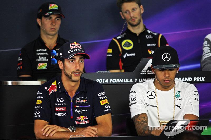 Daniel Ricciardo, Red Bull Racing y Lewis Hamilton, Mercedes AMG F1 en la conferencia de prensa de la FIA