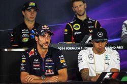 (Da sinistra a destra): Daniel Ricciardo, Red Bull Racing e Lewis Hamilton, Mercedes AMG F1 alla conferenza stampa FIA