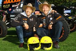 Tom Coronel en broer Tim Coronel met de Maxxis Dakar Team buggy