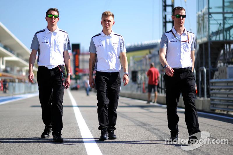 Kevin Magnussen, McLaren caminan por el circuito