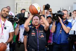 Christian Horner, chefe de equipe da Red Bull, mostra suas habilidades no basquete, com Tony Parker, jogador da NBA
